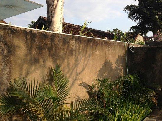 Ziva Villas : Mouldy garden walls