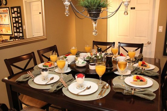 Evergreen B & B: Breakfast Table Seating Area