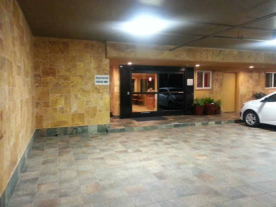Best Western Airport Plaza: re-done outside