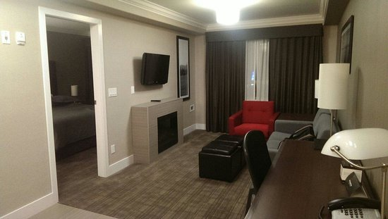 Sandman Hotel & Suites Abbotsford: Living room area. Room 326