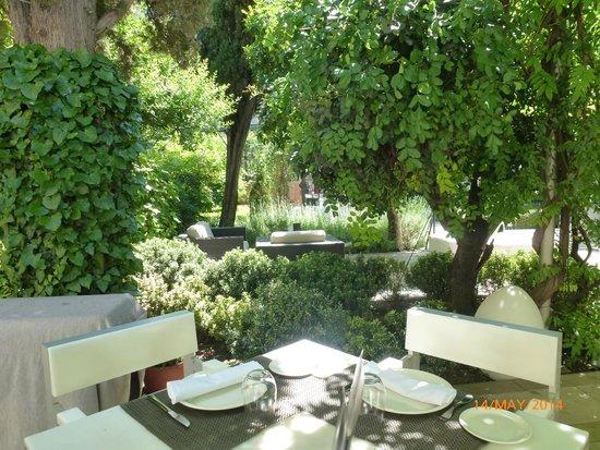 Hospes Palacio de los Patos: Beautiful calm courtyard at the Hotel de los Patos, Granada.l