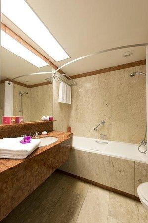 Holiday Inn Nice: Guest Bathroom