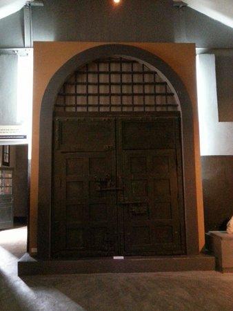 Hoa Lo Prison: The original prison gate looked like.