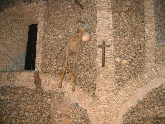 Capela dos Ossos: Wand met menselijke botten en skeletten