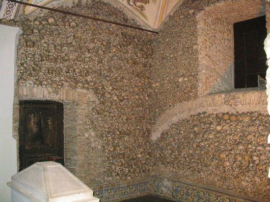 Capela dos Ossos: Wand met menselijke botten