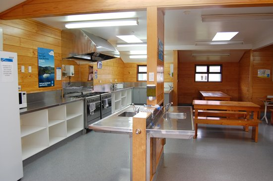Wellington Top 10 Holiday Park: Kitchen