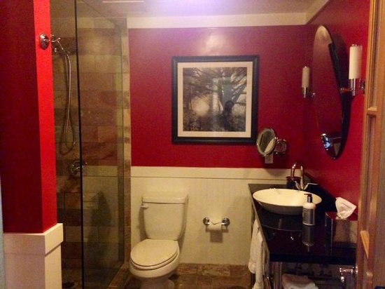 The Edgewater, A Noble House Hotel: Bathroom of a standard city view room