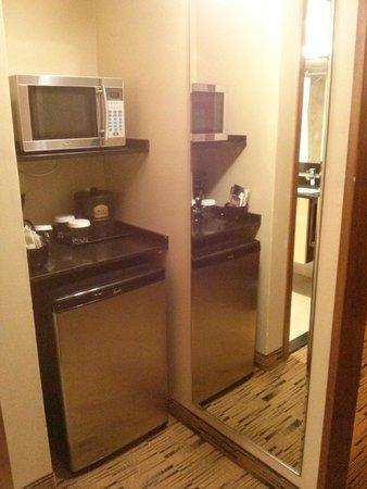 BEST WESTERN PLUS Hood River Inn: Microwave and refrigerator