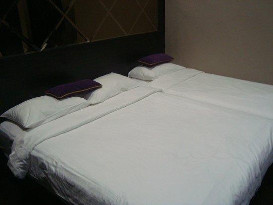 V Hotel Lavender: triple room beds pushed together