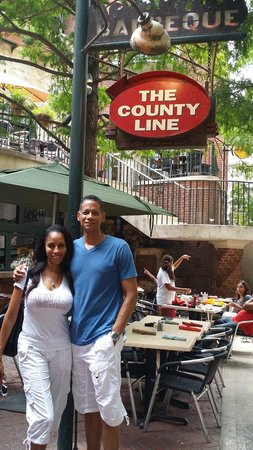 Hotel Valencia Riverwalk: County Line BBQ on the Riverwalk