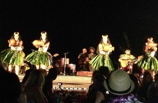 Chief's Luau : Lovely dances