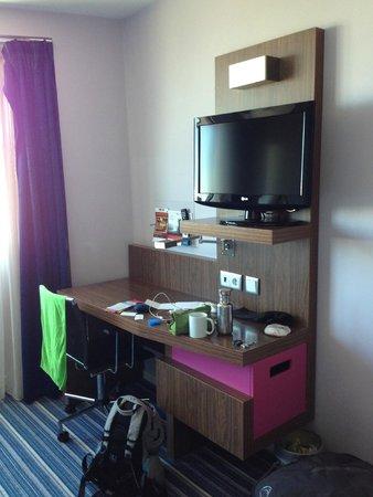 Holiday Inn Express Lisbon Airport : Desk and tv