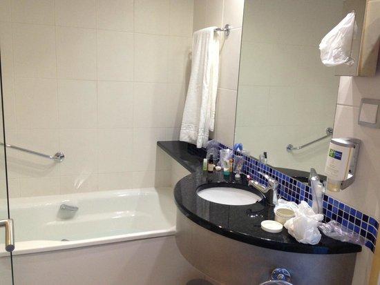 Holiday Inn Express Lisbon Airport : Bathroom