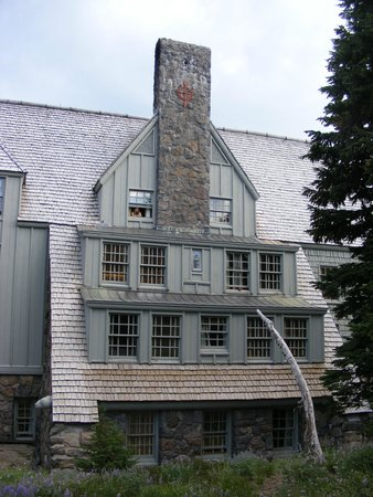 Timberline Lodge: Back of hotel