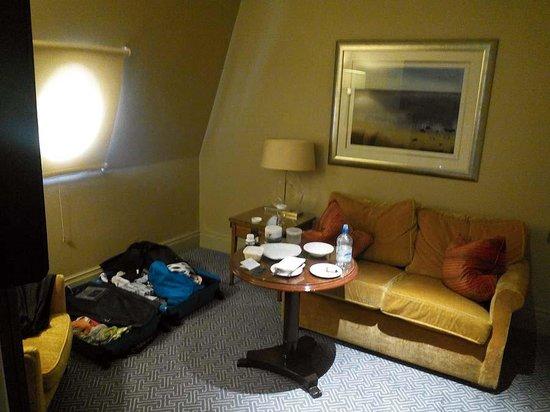 The Waldorf Hilton: sitting area with porthole light. Executive King