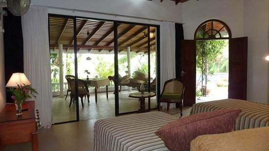 Ayubowan Swiss Lanka Bungalow Resort: Loft Sicht auf Terrasse