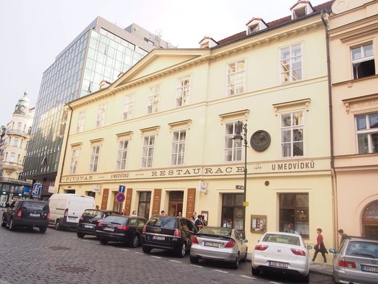 Brewery Hotel U Medvidku: 建物が可愛い。 同じ建物で、ホテルとレストランがある。入口が違うので注意。