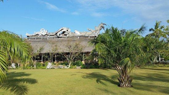 Hotel Tugu Lombok: Vista laterale dell'imponente struttura del ristorante