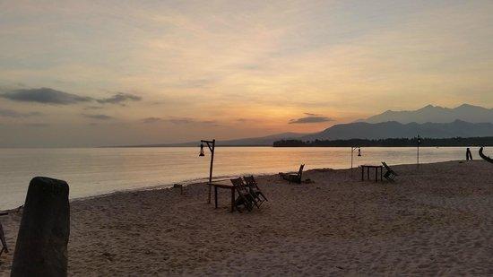 Hotel Tugu Lombok : L'alba vista dalla spiaggia