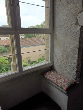 Hotel Jean XXII : fenêtre médiévale de la chambre n°9