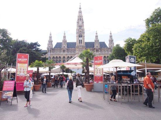 Rathaus: 各国の料理の屋台がいっぱいでウキウキしましたー!ちゃんとテーブルが真ん中にあってゆっくり食べることができました!