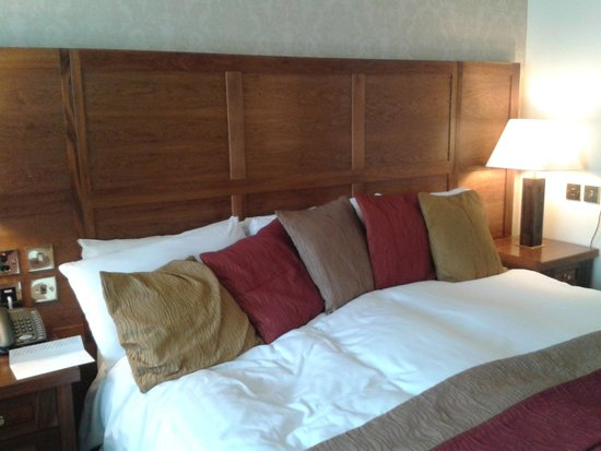 The Morley Hayes Hotel: huge Queen size bed