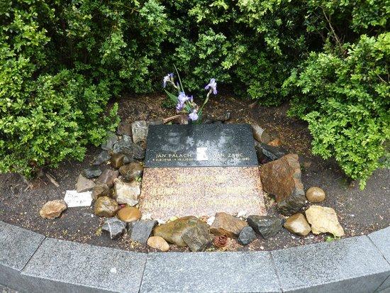 Vaclavske namEsti: Garden memorial