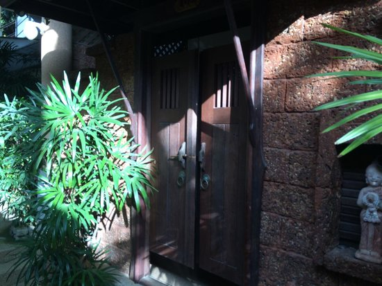 Beach Terrace Hotel Krabi: Balinese-like room entrance..!