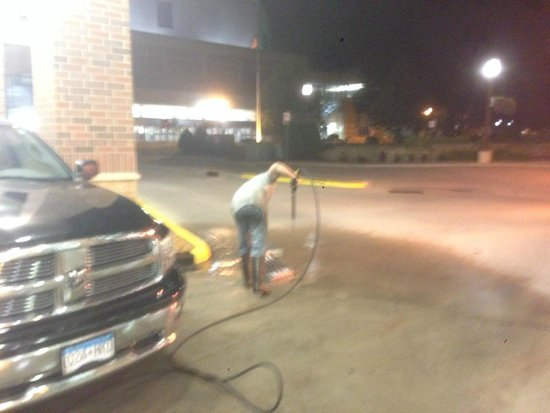 Hilton Garden Inn Mankato Downtown: Power Washing at 230 AM