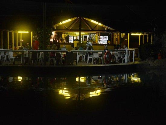 Kakadu Lodge and Caravan Park : The Bistro at night