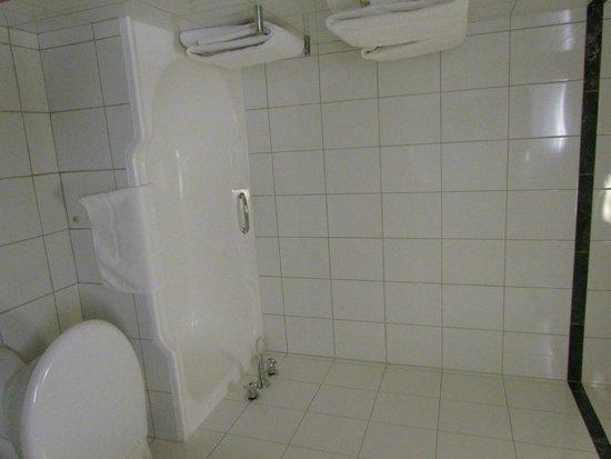 Holiday Inn Perth City Centre: petite baignoire