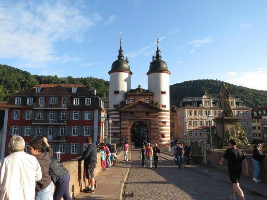 Hotel Vier Jahreszeiten: Bridge over the Rhine at Heidelberg