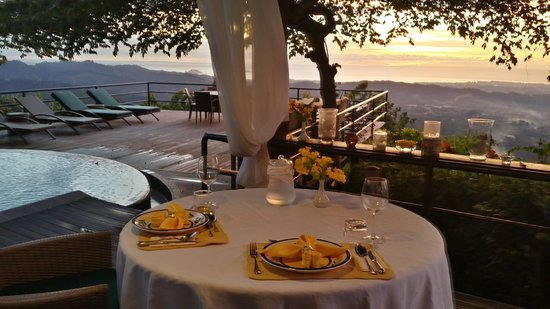 Sinurambi Bed and Breakfast: Sunset dinner on the deck