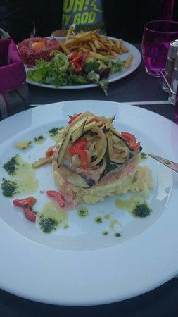 Chez Max : Au premier plan filet de merlu, écrasé de pommes de terre et légumes. Au second plan tartare de