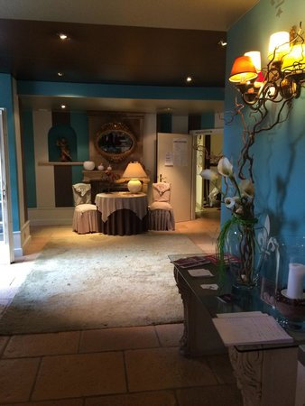 Hostellerie de la Pommeraie : Beautifully and colorfully appointed