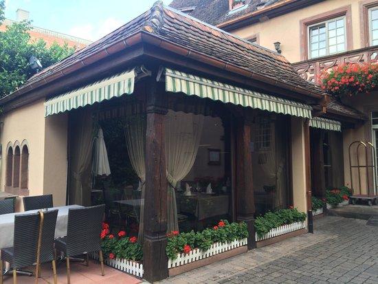 Hostellerie de la Pommeraie : Restaurant in courtyard