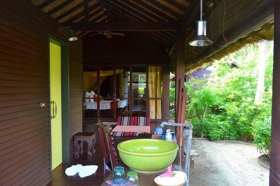 Zeavola Resort : Outdoor sink at Garden Suite