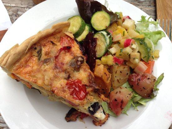 Buiten: Quiche with salad