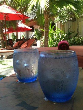 Rocky's Boutique Resort: Kostenloses Wasser am Pool und am Strand. Es wird direkt zur Liege gebracht