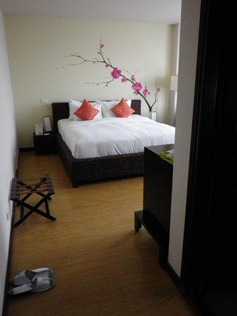 Anise Hotel: Blick von der Eingangstüre zum Schlafbereich. Das Dunkle rechts ist die Türe zum Bad.