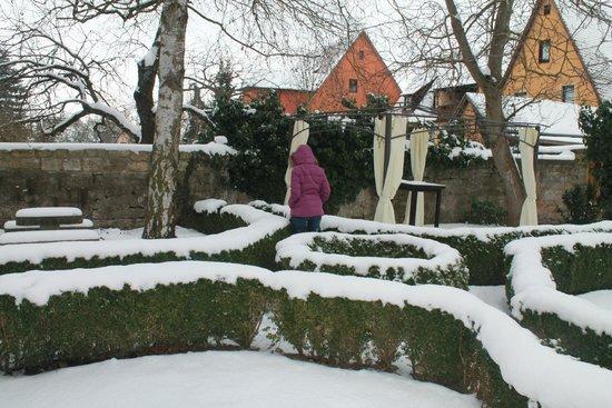 Hotel Herrnschloesschen: Beer garden at the back of hotel