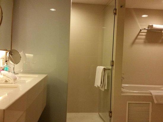 GLOW Pratunam: bathroom