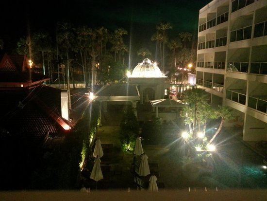 Chanalai Romantica Resort: Night view from Balcony