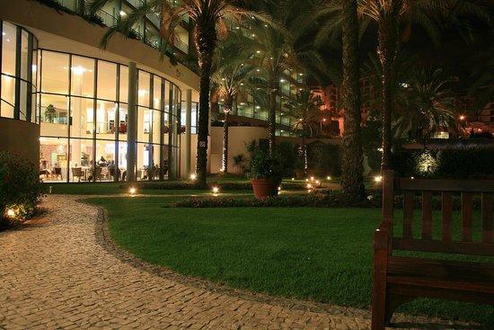 Pestana Grand Premium Ocean Resort: Außenbereich nachts