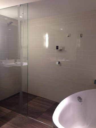 The Point Brisbane Hotel: Junior suite shower and tub...