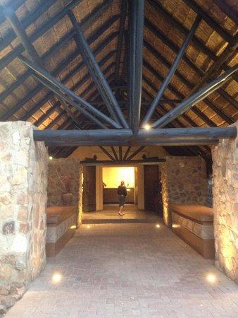 Mabula Game Lodge: L'entrée vers la réception