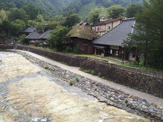 Yunishigawa Onsen: 風情のある家々が並んでます。川の水がすんでいて、とても綺麗。