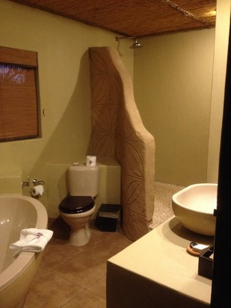 Mabula Game Lodge: Salle de bain de chambre familiale