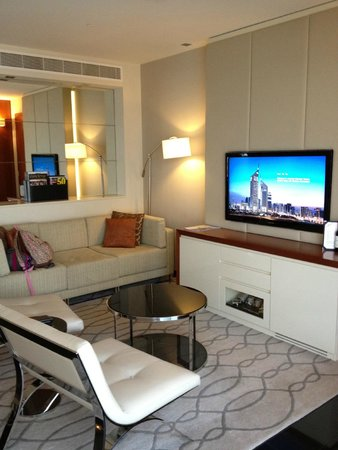Jumeirah Emirates Towers: sitting room