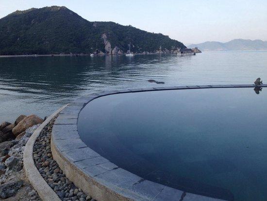 L'Alyana Ninh Van Bay: swimming pool by the sea